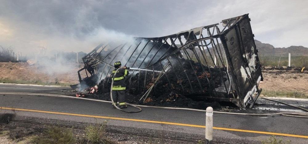 Se incendia trailer en carretera a Delicias
