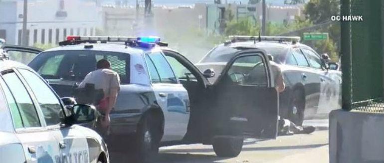 Momento donde confrontan policías a exconvicto en California (VIDEO)