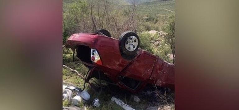 Aparatosa volcadura de auto en carretera a Delicias