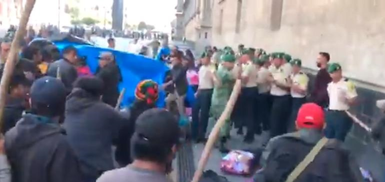 A palazos manifestantes corren a militares de Palacio Nacional (VIDEO)