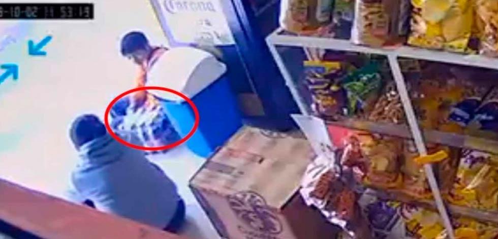 Mamá utiliza a hijo para robar refrescos en tienda