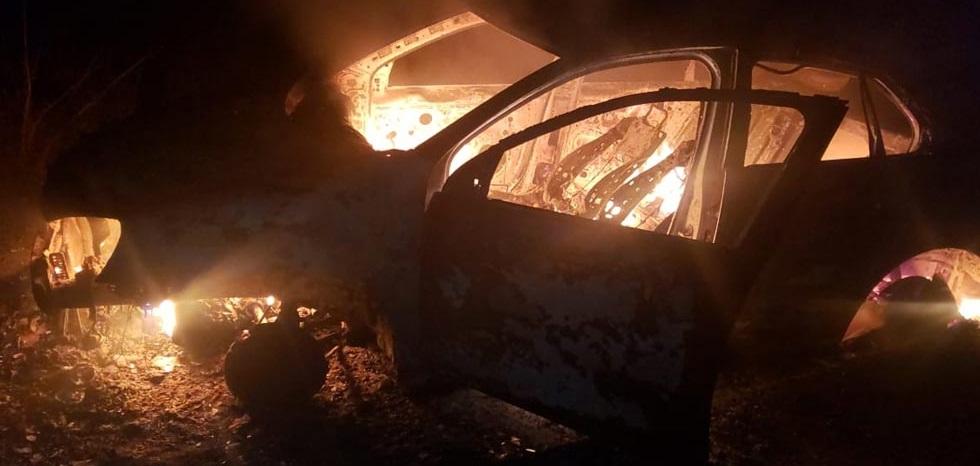 Encuentran auto calcinado en la carretera a La Junta