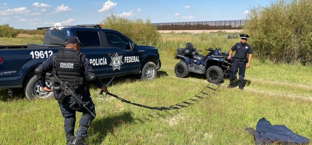 Encuentran escaleras usadas por migrantes en frontera