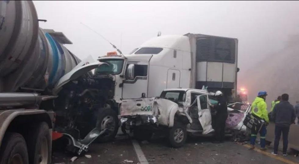 Video: carambola de 30 vehículos paraliza autopista de NL previo a Año Nuevo