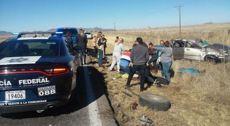Fatal volcadura en carretera Juárez; un muerto y tres más heridos