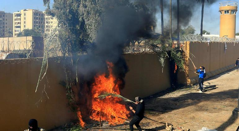 Atacan Embajada de EU en Irak y mandan refuerzos (VIDEOS)