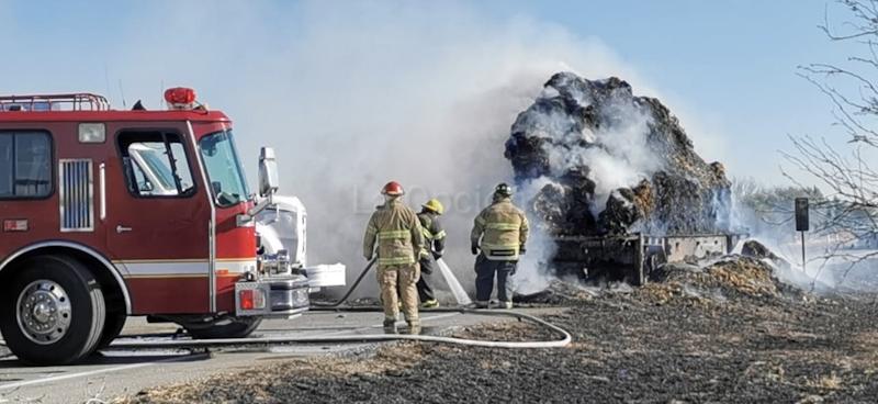 Se incendia tráiler y remolques cargados con toneladas de pacas en Saucillo