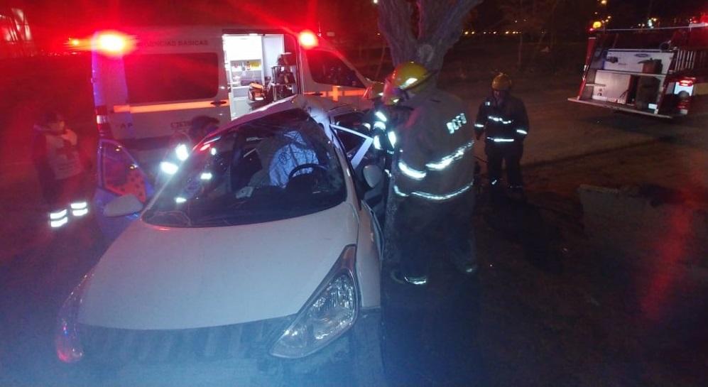 Auxilian bomberos a ocupante atrapado en el vehículo