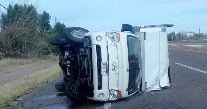 Vuelca camión cerca de Lázaro Cárdenas