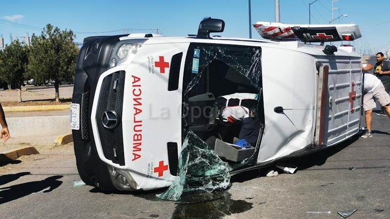 Vuelca ambulancia tras choque con camioneta de paquetería