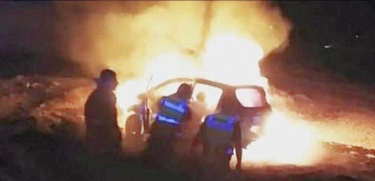 Consume voraz incendio vehículo en Jiménez