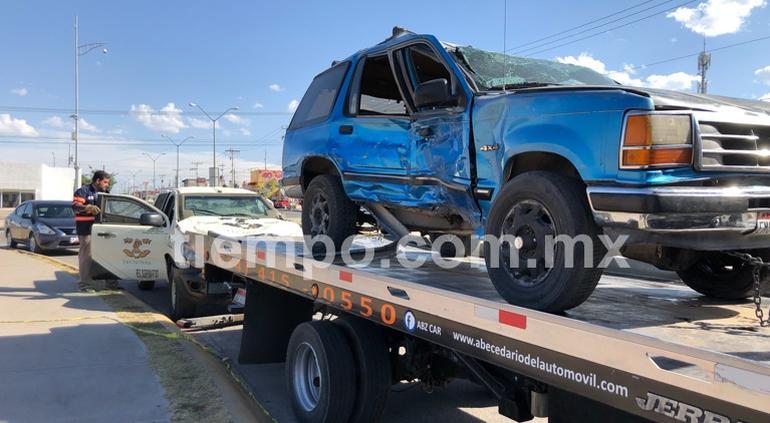 Chocan y vuelcan dos camionetas en Riberas de Sacramento