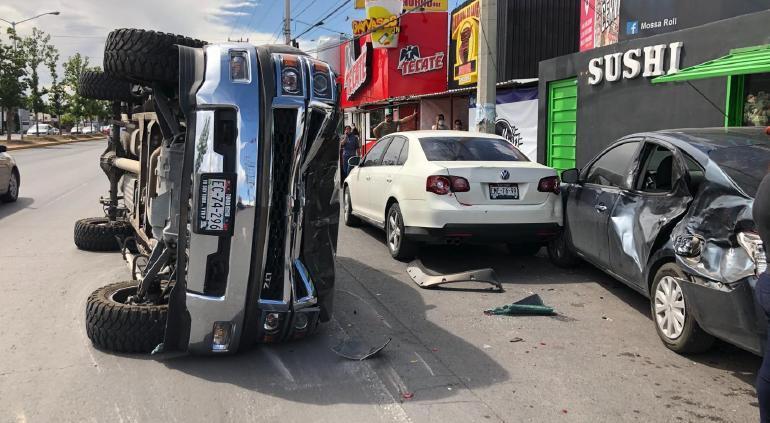 Impacta a tres vehículos en la Tecnológico y vuelca