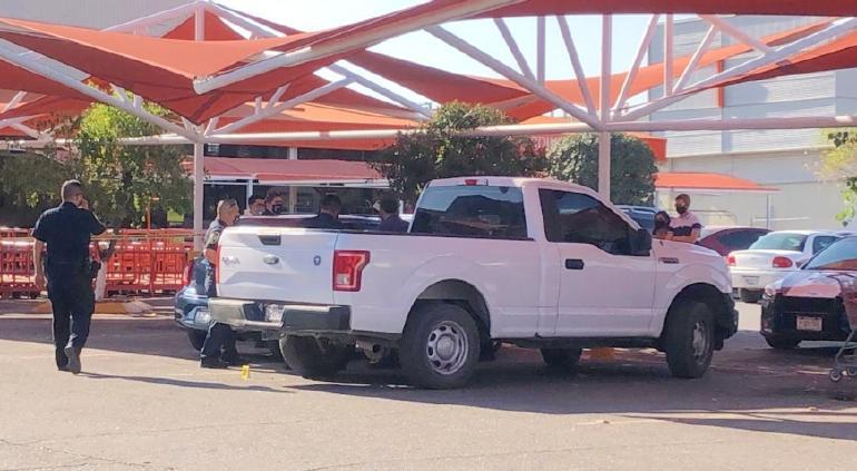 Pánico en Home Depot; balacera por asalto en el estacionamiento