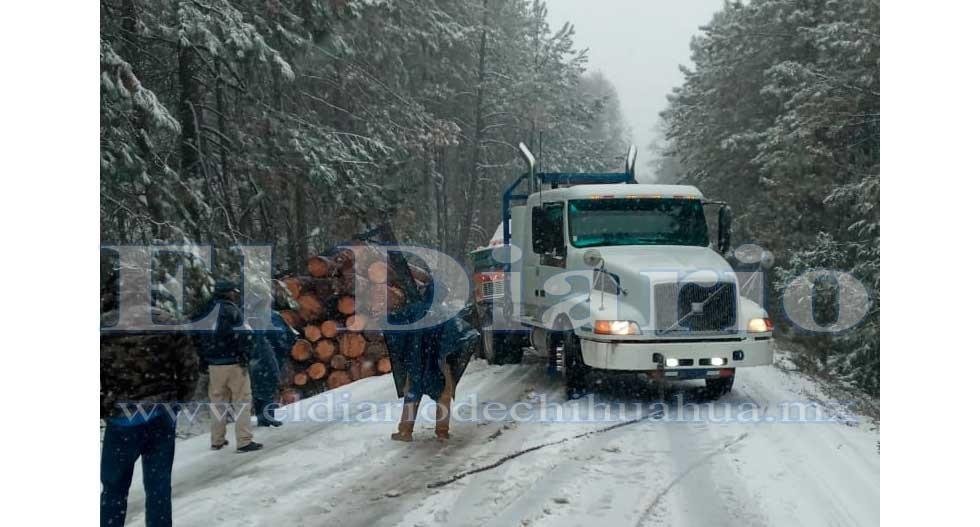 Hielo en carretera a Guadalupe y Calvo provoca 2 accidentes de trailers