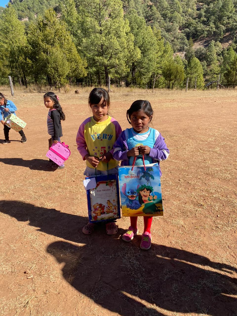 Lleva Mayra Díaz obsequios a los niños de Cerocahui