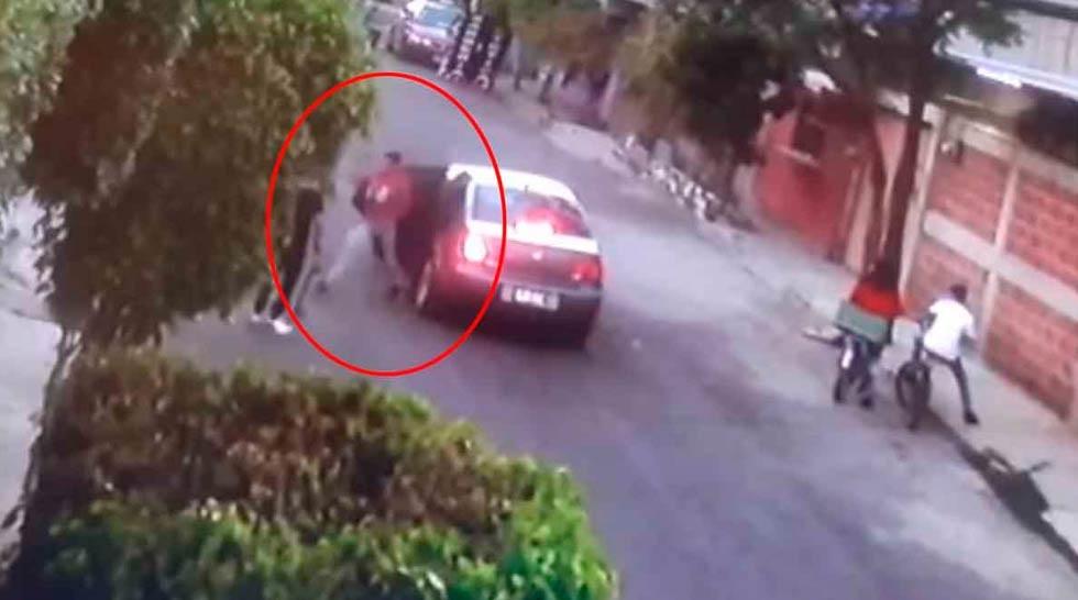 A punta de pistola, asaltan a niños que jugaban en la calle