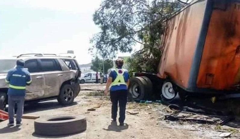 Se lleva tráiler 8 vehículos en carretera de querétaro; 10 heridos