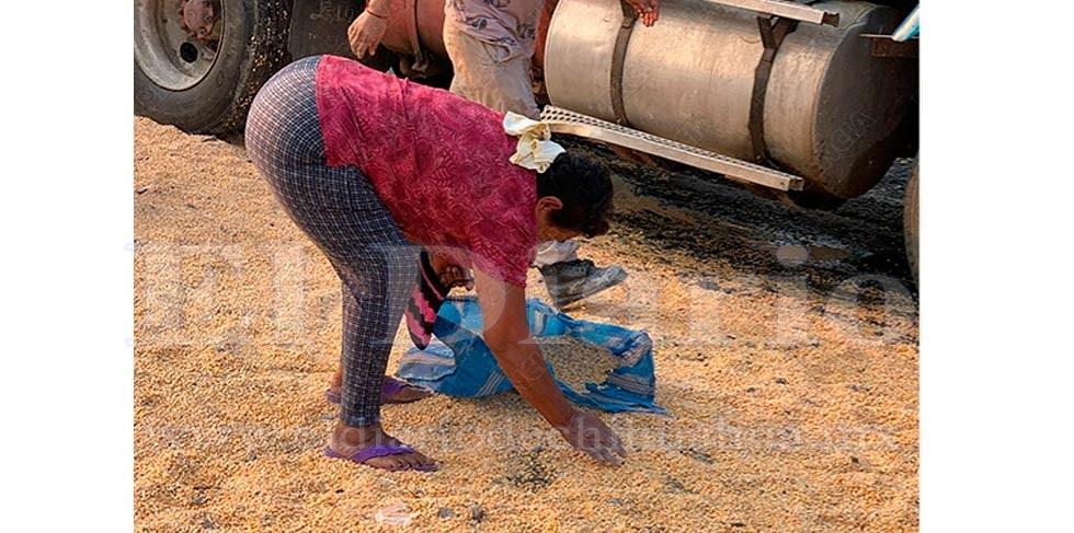 Rapiñan maíz de tráiler volcado rumbo a Torreón