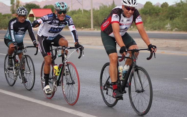 Bryan y Elena ganan sprint final en la carrera ciclista dominical