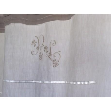 rideau monogramme en linge ancien et