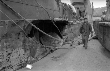 A Omaha, après la tempête du 19 au 21 juin 1944, un marin de l'US Navy marche entre des épaves échouées, à gauche un LCT (6) le même marin et certainement le même LCT en LC001673 et LC001678: https://www.flickr.com/photos/mlq/33492374435/in/photolist-T2Bb4D Voir le reportage sur les épaves à Omaha après la tempête: https://www.flickr.com/search/?sort=date-taken-desc&safe_search=1&tags=epaveomaha&user_id=58897785%40N00&view_all=1 Pour aller plus loin: http://omahabeach.vierville.free.fr/WebMulberry/85132-EpavesTempete.html
