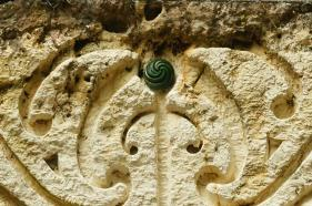18-07-2015 l la pierre de jade est incrustée dans la sculpture de Paora
