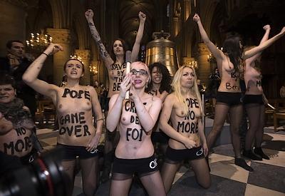 Femen à Notre-Dame le 12 février 2013 -2