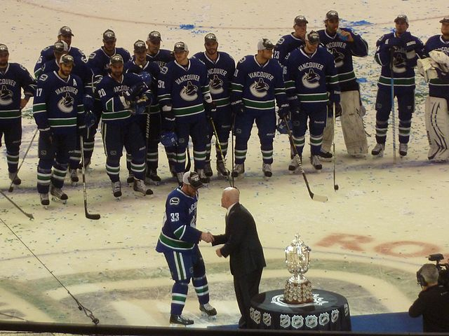 Henrik_Sedin_accepts_the_trophy