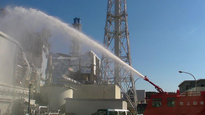 Fukushima, 2011: autopompa getta acqua sul reattore 3 poco dopo il disastro.