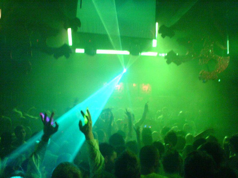luci laser sulla pista di una discoteca