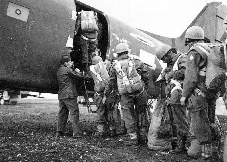 Paracadutisti italiani salgono a bordo di un aereo statunitense Douglas C-47 Dakota/Skytrain all'aeroporto di Rosignano per l'operazione Herring (20 aprile 1945)