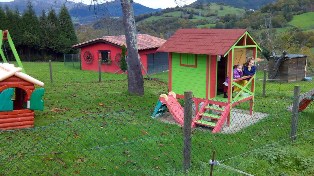 Alojamientos con actividades para niños en Asturias, casita de juegos en La Quintana de Romillo