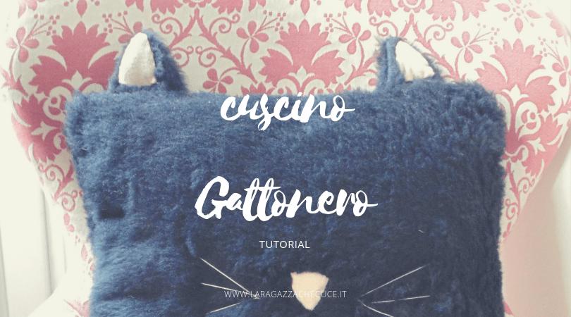 cuscino a forma di gatto nero