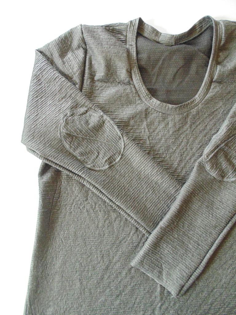 t shirt grigia con toppe e scollo rotondo