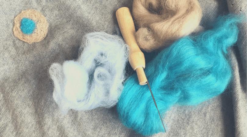 rammendo maglione, ago per infeltrire, lana cardata, riparare meglione bucato, feltro ad ago, needle felting