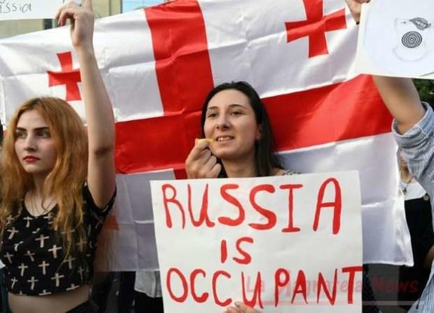 protestanti contro putin in georgia