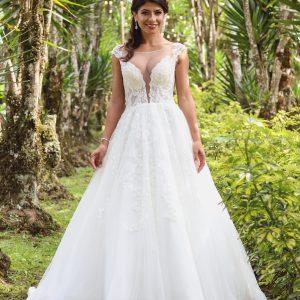 Joven de pelo oscuro en vestido de novia blanco princesa