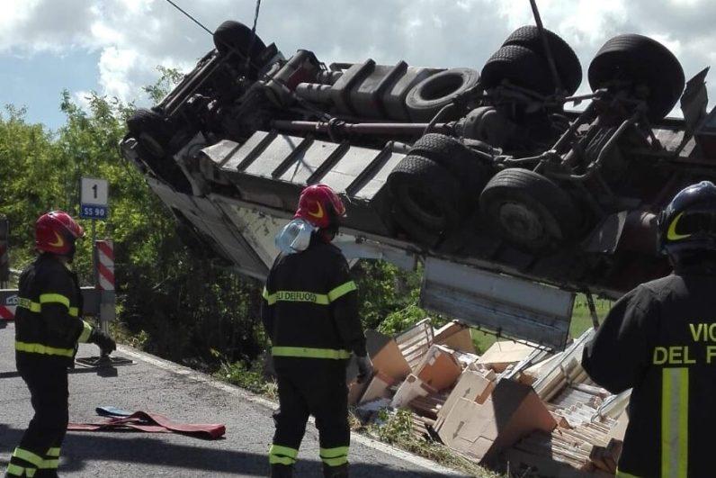 vigili fuoco vvff 115 autocarro ribaltato incidente