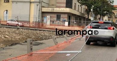 Aversa. Recinzione lavori Piazzetta Don Diana crolla su auto in transito