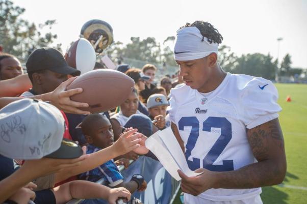 CB #22 Trumaine Johnson skriver autografer efter dagens træning (Image credit: Jeff Lewis / therams.com)