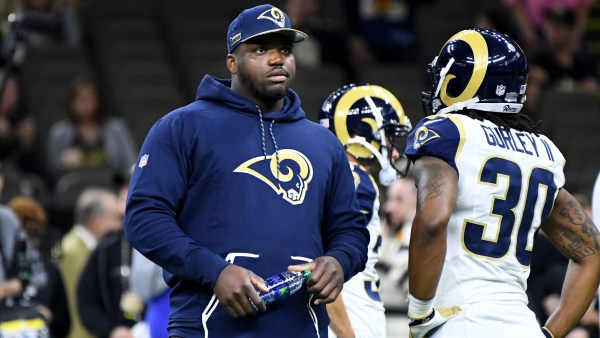 Rams LT #73 Greg Robinson på sidelinjen foran familie og venner i New Orleans photo credit: Wally Skalij / Los Angeles Times