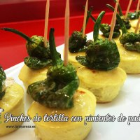 Pinchos de tortilla con pimientos de padrón