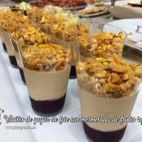 Vasitos de yogur de foie con mermelada de frutos rojos