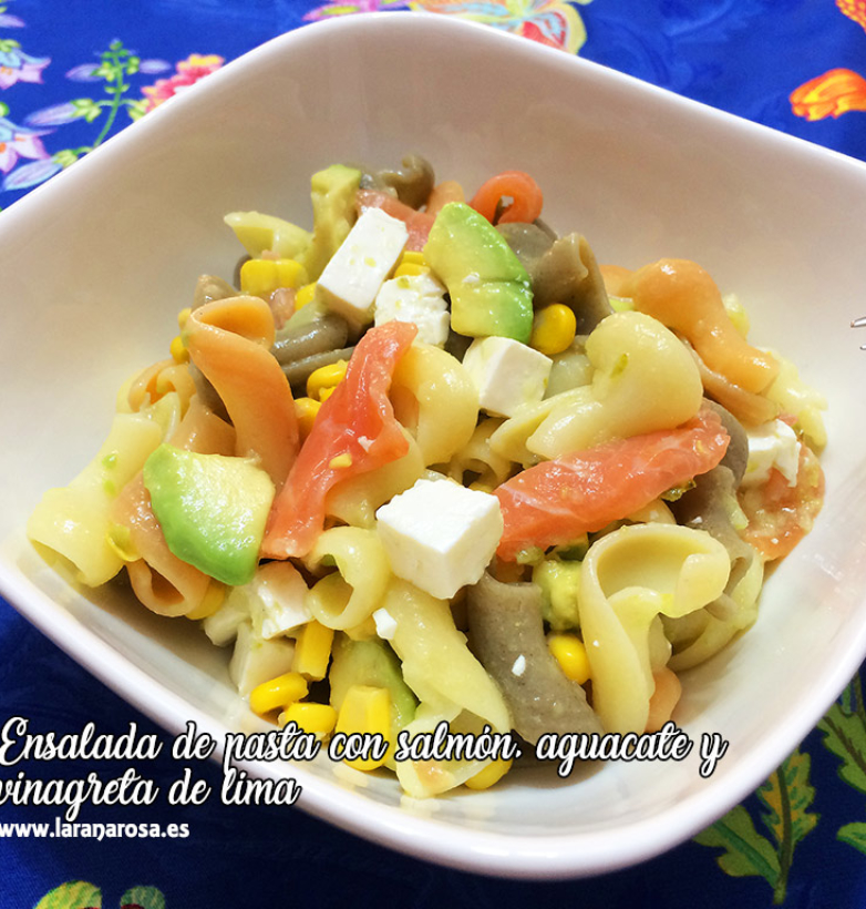 Ensalada de pasta con salmón, aguacate y vinagreta de lima
