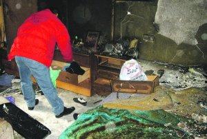 Un familiar de la fallecida muestra los destrozos en la casa. Foto: J.L.P.
