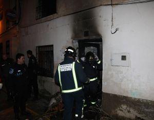 Los bomberos en la puerta de la vivienda en el nº 27 de la calle Meleros. LV
