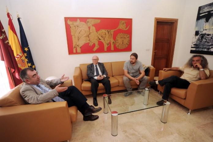 El consejero de Presidencia, Manuel Campos;el director general de Medio Ambiente, Amador López; y Jorge Sánchez y Pedro García, de la Asociación de Naturalistas del Sureste (ANSE).