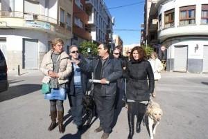 El alcalde de Calasparra junto con miembros de la Asociación de Usarios de Perros Guía de la Región de Murcia, paseando por las calles de Calasparra