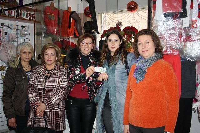 Premiadas primer sorteo junto con Maria José (centro) tesorera Asociación Comercio y Hostelerí